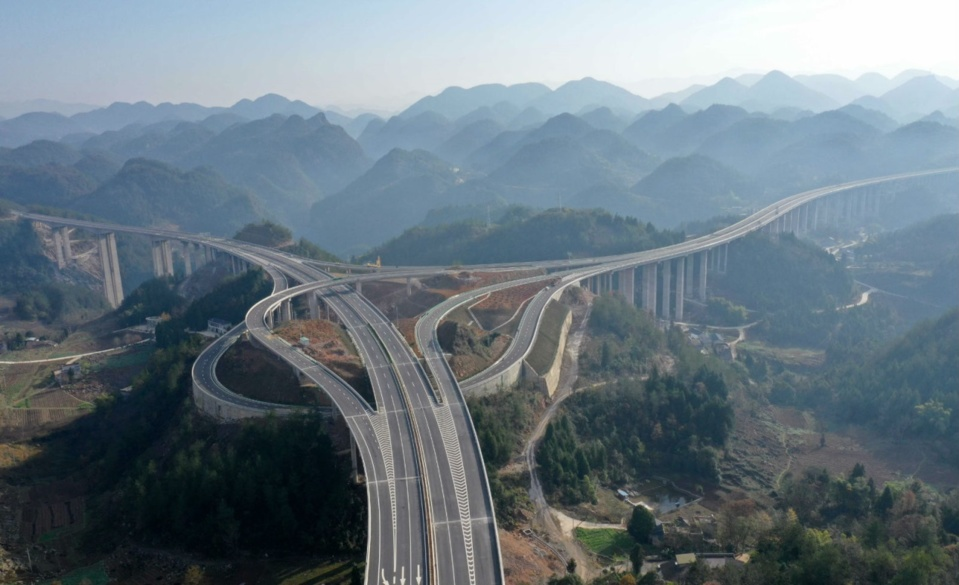 Photo taken on Dec. 4, 2019 shows the Jianshi-Enshi expressway in Hubei Province. Stretching 70.52 kilometers, the expressway is a key poverty-alleviation project launched by the State Council with a total investment of 8.4 billion yuan. Photo by Yang Shunpi/People's Daily Online