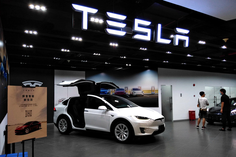 A newly opened Tesla store in Shanghai Daning International Commercial Plaza attracts many consumers, August 14. (By Yan Daming/People's Daily Online)