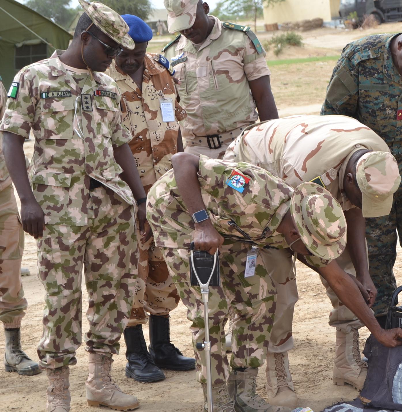 Des officiers de la Force mixte multinationale inspectent du matériel saisi sur des terroristes au Lac Tchad. Image d'illustration © Alwihda Info