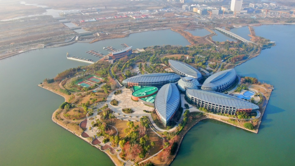 Photo shows the beautiful Dishui Lake in the Lin-gang Special Area of China (Shanghai) Pilot Free Trade Zone. Photo by Xu Congjun/People's Daily Online