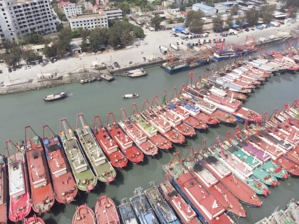 On April 29, fishing boats berth at the Dianjian fishing port, Qiaogang township of south China's Guangxi Zhuang Autonomous Region, as the summer fishing moratorium in the South China Sea is about to come. (Photo by Li Junguang/People's Daily Online)
