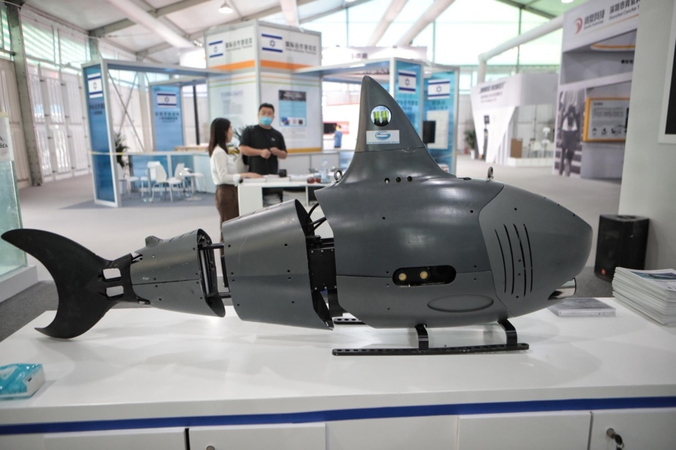 Photo shows a robot in the shape of a shark exhibited at the service robot exhibition area of the 2020 China International Fair for Trade in Services (CIFTIS). The robot is able to carry out operations on ocean exploration. (Photo/The Beijing News)