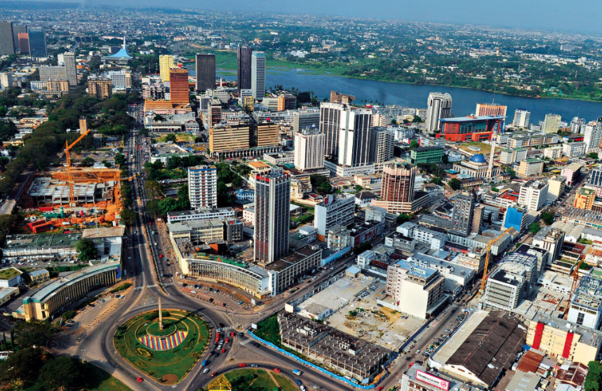 La capitale économique ivoirienne Abidjan, avec au premier plan la commune du plateau, centre des affaires