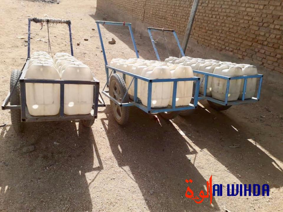 Des charrettes avec des bidons d'eau qui sont livrés par des coursiers dans la ville d'Abéché. © Abba Issa/Alwihda Info
