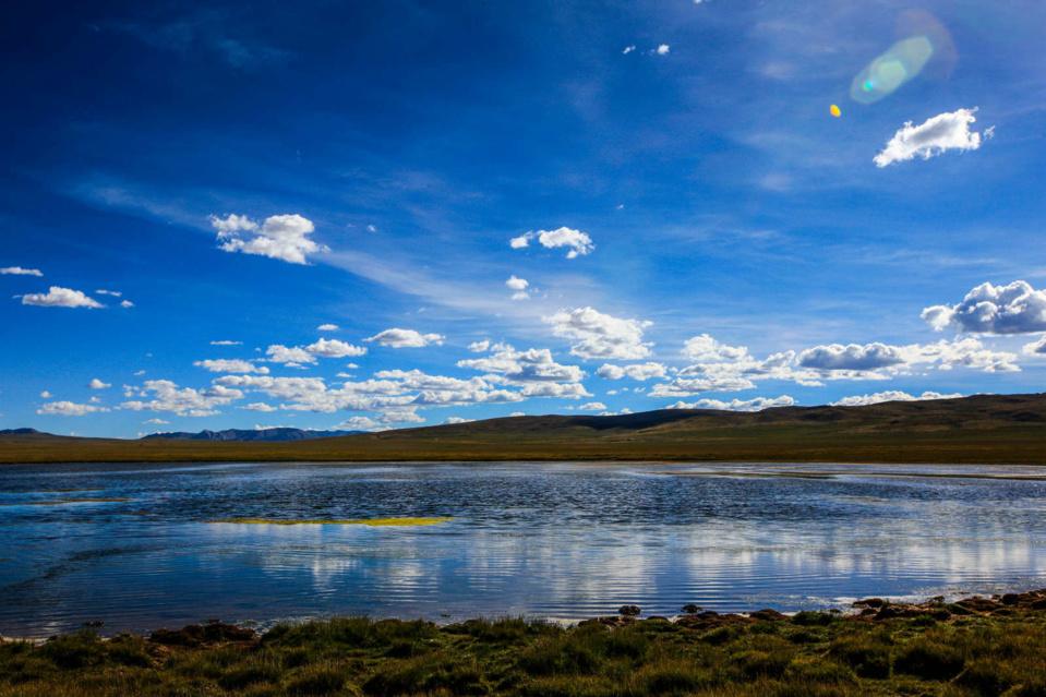 Photo shows beautiful scenery of Sanjiangyuan, home to the headwaters of the Yangtze, Yellow and Lancang rivers in Yushu, Qinghai province. (Photo by Han Jiajun/People's Daily Online)