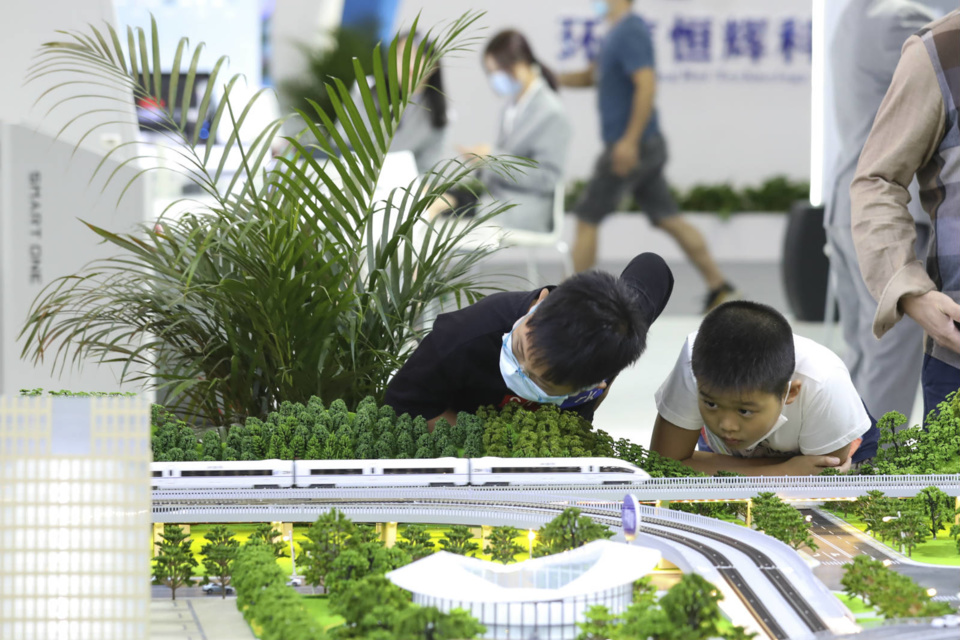 Photo taken on the afternoon of October 11 shows children watching a demonstration of China Railway High-speed (CRH) trains at the 3rd Digital China Summit. (Photo by Xie Guiming/People's Daily Online)