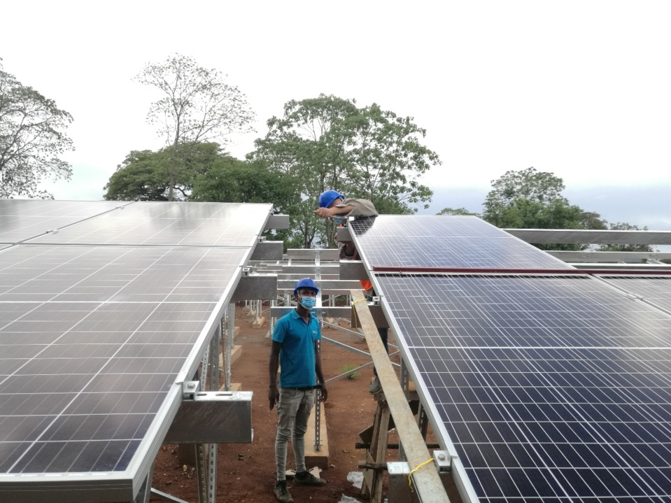 Chinese and Ethiopian workers install and adjust solar panels. (Photo/Courtesy of CET)
