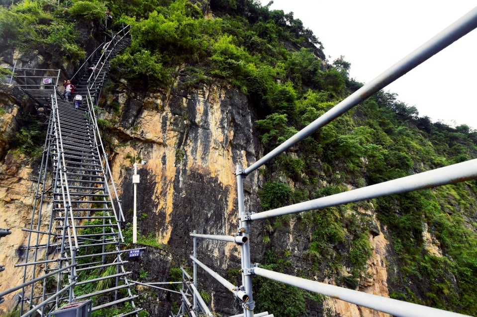 """Photo shows the steel ladders built for the """"cliff village"""". (Photo by Rao Guojun/People's Daily Online)"""