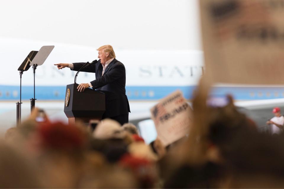 """Élections aux USA : Donald Trump appelle à """"arrêter le décompte"""" des voix"""