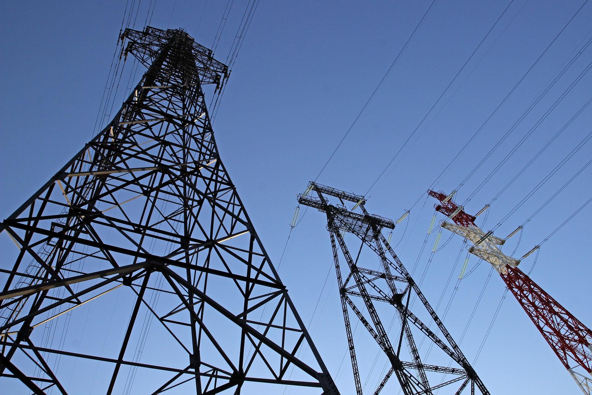 Une ligne électrique haute tension. Illustration © Наталья Лукина/Pixabay
