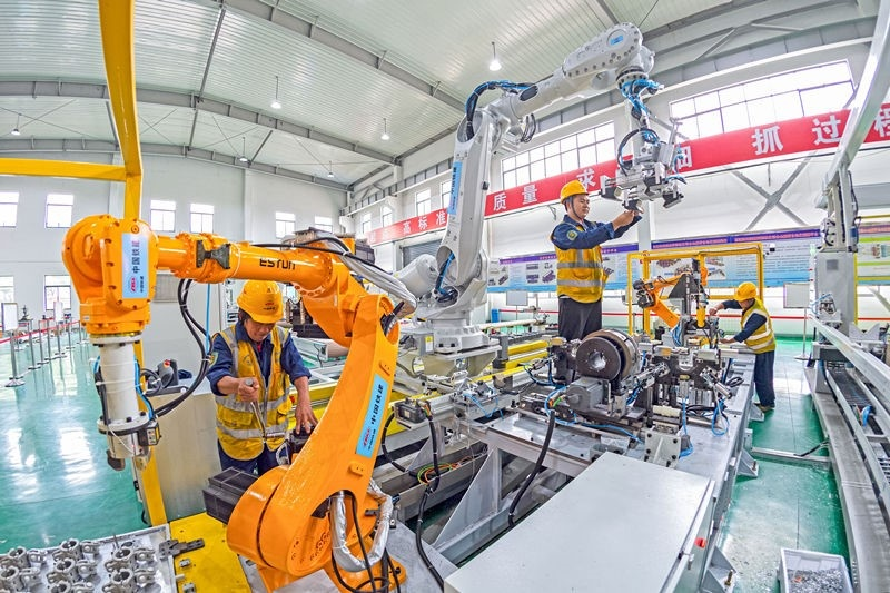 Workers debug devices at an automatic workshop in the Hai'an section of Yancheng-Nantong High-speed Railway project undertaken by China Railway Construction Electrification Bureau Group Co., Ltd., July 15. People's Daily Online/Jiang Ming