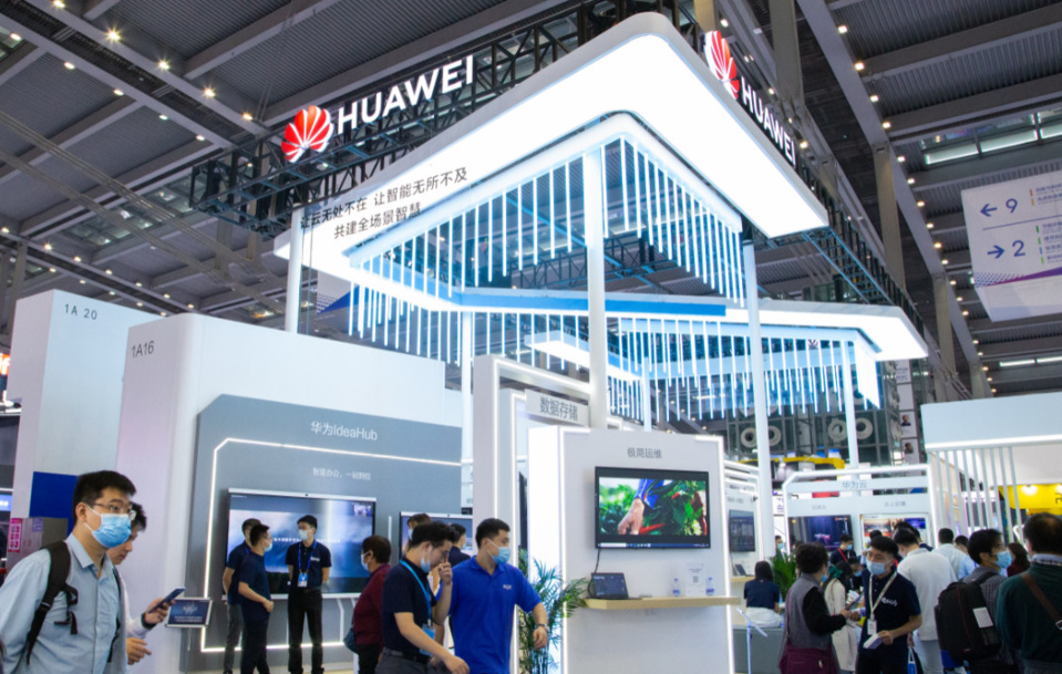 Photo shows visitors visiting the booth of Huawei at the 22nd China Hi-Tech Fair (CHTF). (Photo/official website of the CHTF)