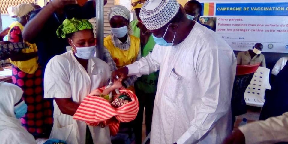 Un enfant reçoit deux gouttes à Pala lors du premier tour de la campagne contre la poliomyélite. © Foka Mapagne/Alwihda Info