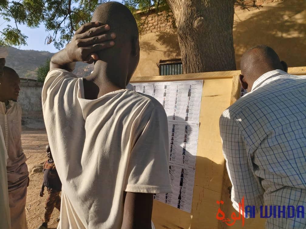 Affichage des listes électorales à Mongo, dans la province du Guéra, au Tchad. © Alwihda Info