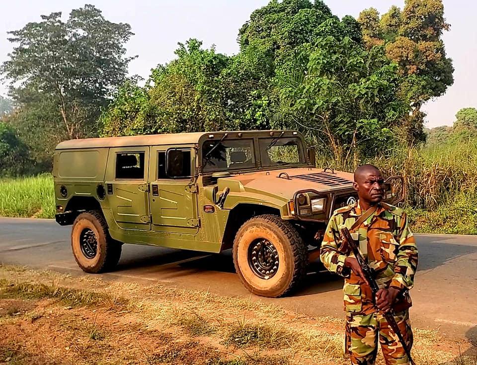 Le Premier ministre centrafricain inspecte le 18 décembre 2020 les forces armées positionnées aux abord de la capitale Bangui. © Firmin Ngrebada/Fb