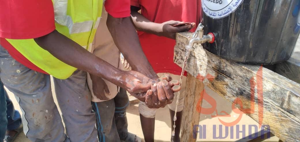 Un citoyen se lave les mains devant une borne fontaine à N'Djamena. © Ben Kadabio/Alwihda Info