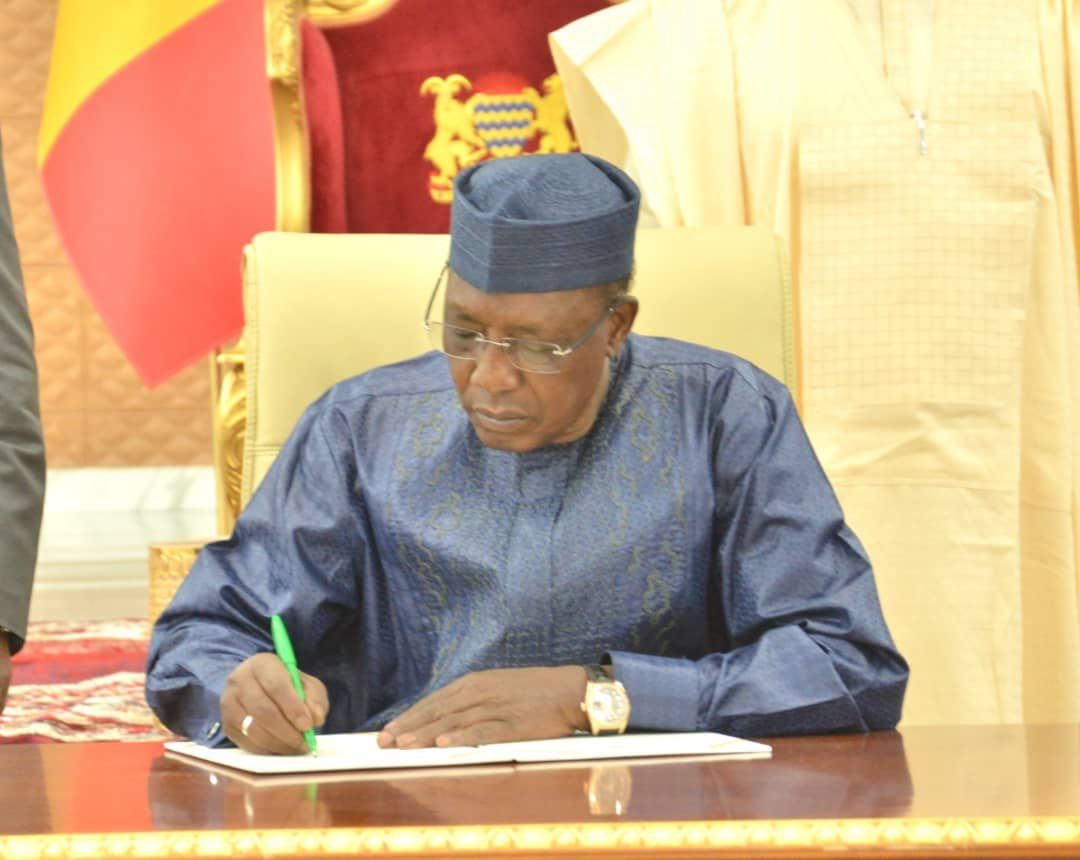 Le chef de l'État Idriss Deby signe un décret. Illustration © PR