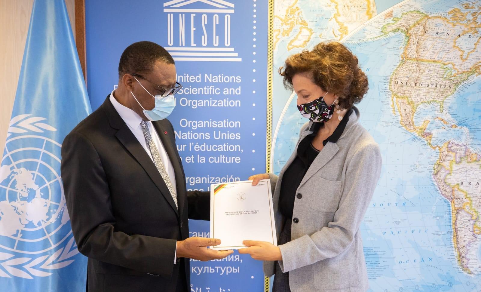 L'ambassadeur du Cameroun en France, André-Magnus Ekoumou (à gauche) et Mme Audrey Azoulay, directrice générale de l'Unesco (à droite).