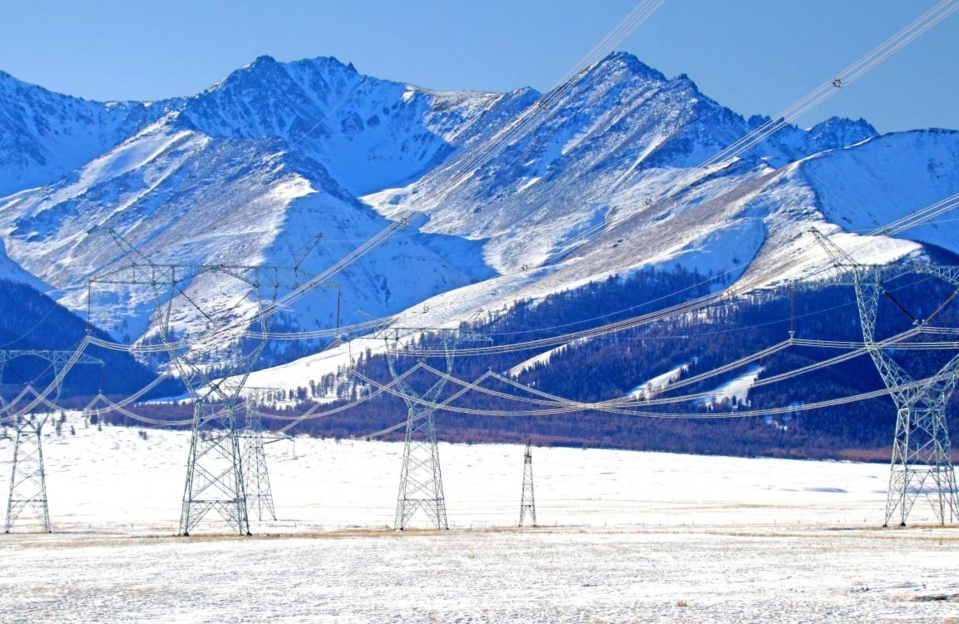 Photo taken on Dec. 30, 2020 shows power transmission lines at the foot of the Tianshan Mountain in Hami, northwest China's Xinjiang Uygur autonomous region. (Photo by Cai Zengle/People's Daily Online)