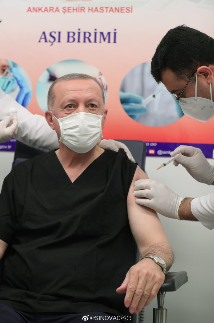 Turkish President Recep Tayyip Erdogan receives the CoronaVac vaccine in Ankara on Jan. 14. He announced his vaccination on social media later. (Photo from Erdogan's Twitter page)