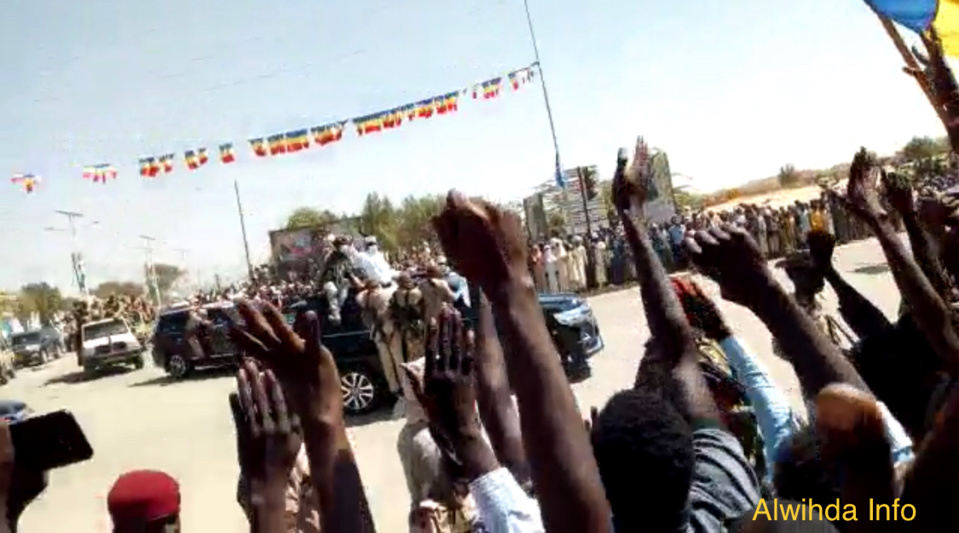 """Tchad : des étudiants scandent """"bourse"""" au passage du président à Abéché"""