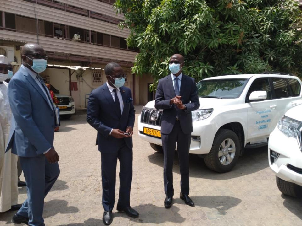 Tchad : l'UNFPA remet un don de véhicules au ministère de l'Économie et au Parlement