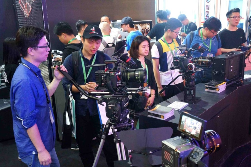 Photo shows visitors at the 28th Beijing International Radio, TV and Film Exhibition, which displayed 4K/8K ultra-high-definition production technology, 5G transmission and development trends, progress in media convergence, AI, cloud computing, big data and other new technologies. (Photo by Guo Junfeng/People's Daily Online)