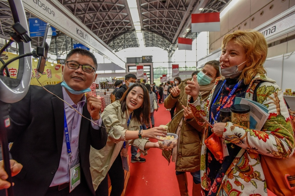 Visitors join a livestream session for products from Malaysia during the 17th China-ASEAN Expo held at Nanning, south China's Guangxi Zhuang Autonomous Region, Nov. 27, 2020. Photo by Peng Huan/People's Daily Online