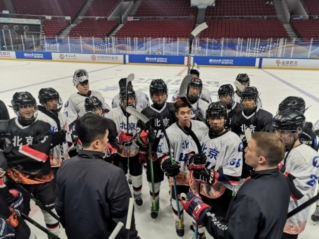 Photo shows members of an ice hockey team of teenage boys in Beijing take part in training at the Wukesong Sports Center in Beijing. (Photo/Beijing Ice Hockey Association)