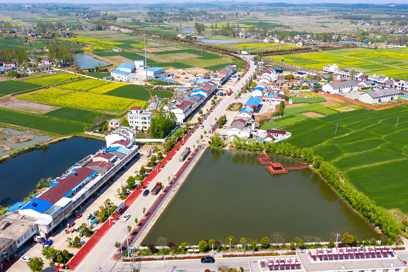Vehicles are moving on a rural road in Gucheng Township, Feidong County, Hefei, east China's Anhui Province, April 9, 2021. (Photo by Ruan Xuefeng/People's Daily Online)