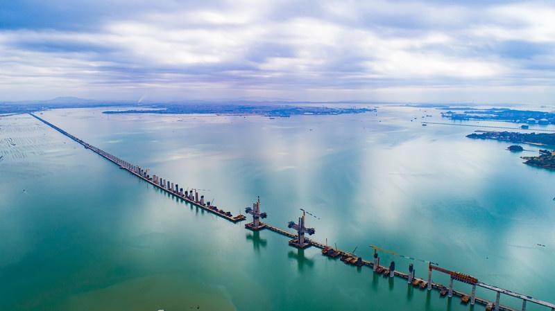 The Meizhou Bay cross-sea bridge of the Fuzhou-Xiamen high-speed railway in Quanzhou, southeast China's Fujian Province, is under construction, March 26, 2021. (Photo by Jin Wei/People's Daily Online)