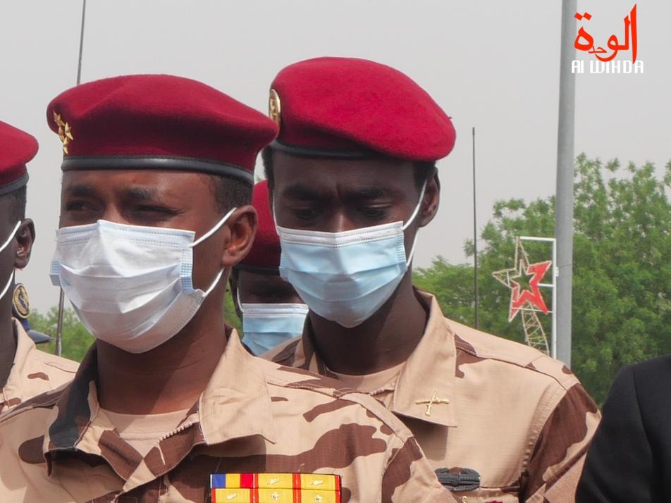 Le colonel Ousman Adam Dicki, derrière le général Mahamat Idriss Deby lors des obsèques du Maréchal du Tchad. © Malick Mahamat/Alwihda Info