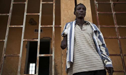 Photo ONU/Marco Dormino Au Mali, un homme se tient à l'endroit où des djihadistes ont amputé son bras à l'intérieur de la prison principale de Gao. Accusé d'avoir volé un vélo, il a été détenu pendant 21 jours avant d'être amputé de son bras pour un vol qu'il n'a pas commis.