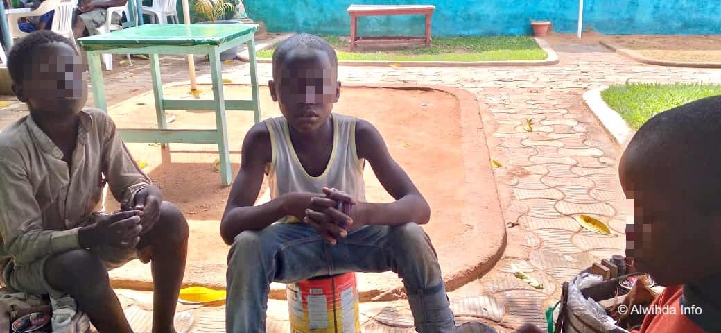 Tchad : A Moundou, des adolescents cireurs pour survivre