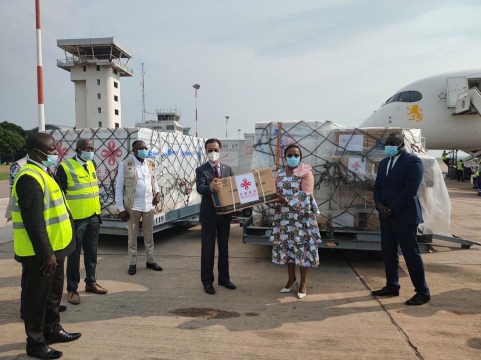 L'ex ministre de la santé du Congo receptionnant le 2ème don du vaccin chinois (Photo Ambassade de Chine).