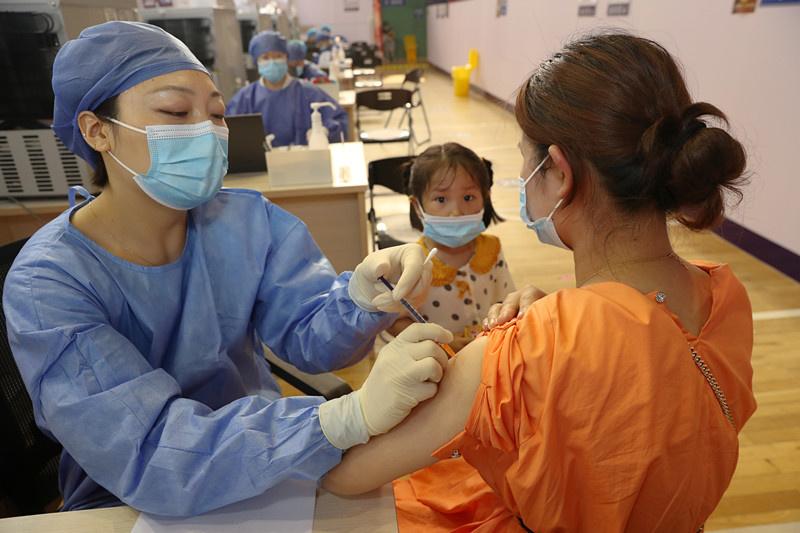A woman receives a dose of COVID-19 vaccine in Chongzhou district, Nantong, east China's Jiangsu province, July 5, 2021. (Photo by Xu Congjun/People's Daily Online)