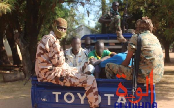 Des gendarmes escortent des détenus au Tchad. Illustration © Golmem Ali/Alwihda Info
