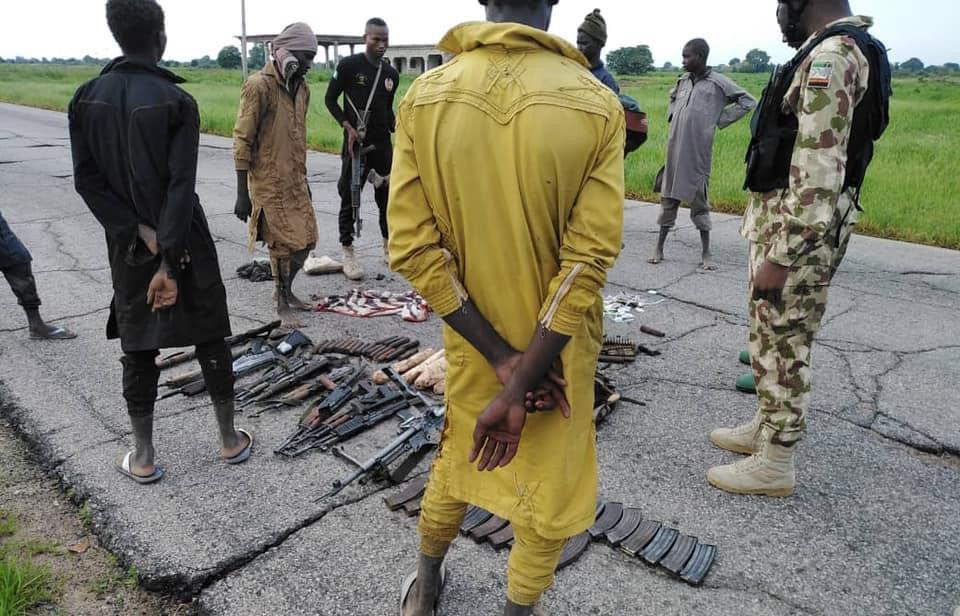 Nigeria : acculés, des terroristes se rendent à l'armée avec armes et bagages. © Armée Nigeria