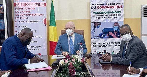 Le ministre Thierry Moungalla dans la sensibilisation contre le covid19.