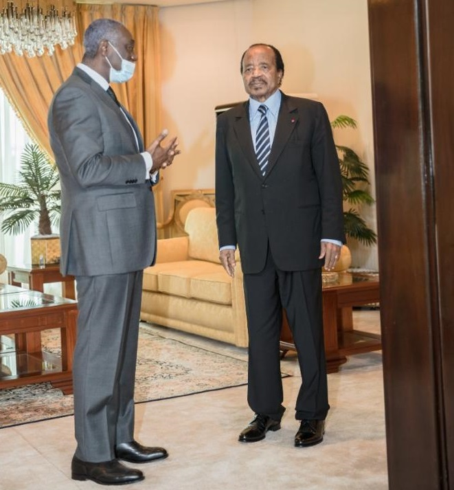 Le président Paul Biya avec son directeur du cabinet civil, Samuel Mvondo Ayolo.