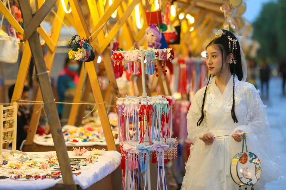 A night market featuring cultural and creative products is opened in Xiangyang, central China's Hubei province, May 21, 2021. (Photo by Yang Dong/People's Daily Online)