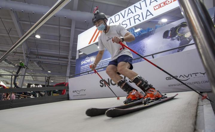 A visitor tries a ski simulator at the 2021 China International Fair for Trade in Services held in Beijing, Sept. 4, 2021. (Photo by Yuan Chen/People's Daily Online)