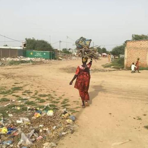 Tchad : des brindilles ramassées dans les déchets urbains pour faire chauffer la marmite