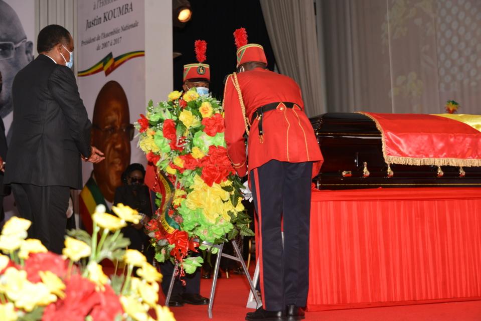 Recueillement de Denis Sassou N'Guesso sur la dépouille de Justin Koumba