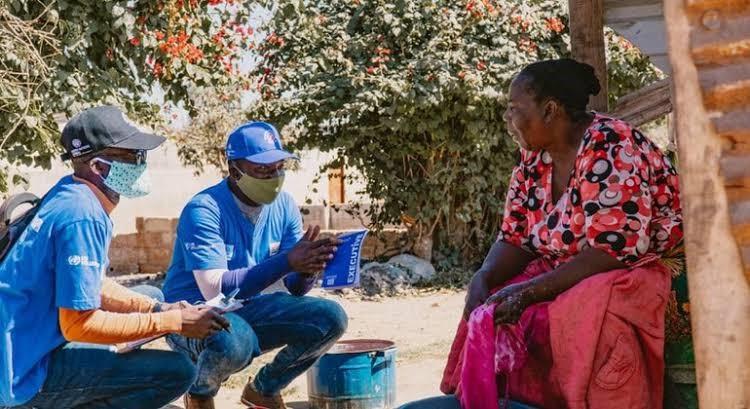 De jeunes volontaires d'ONU Zambie à Lusaka partagent des informations sur le coronavirus dans le cadre des efforts de sensibilisation de la communauté. ©UNDP Zambie.