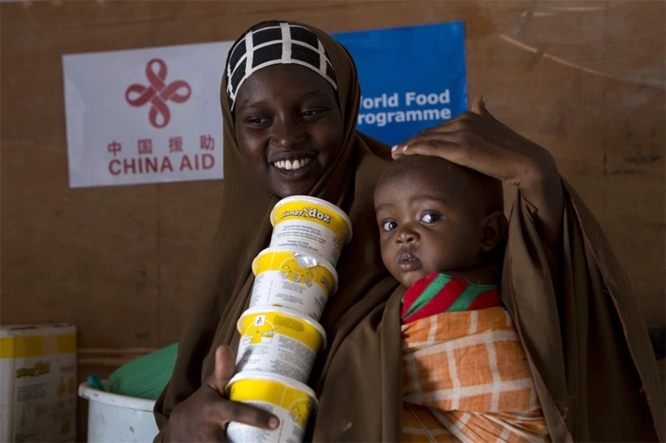 Since 2017, the Chinese government has been providing emergency food aid to Somalia to help improve the nutrition intake the children in the country and lower the risk of death, under the framework of the South-South Cooperation Assistance Fund. The program has benefited around 390,000 people in the country. (Photo courtesy of the China International Development Cooperation Agency)