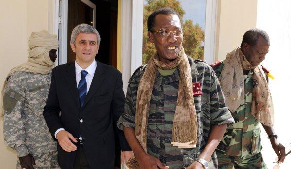 Idriss Déby en tenue militaire avec Hervé Morin, ancien ministre français de la Défense sous Nicolas Sarkozy. Crédit photo : Sources