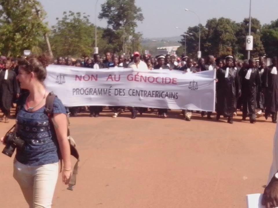 Les centrafricains manifestent dans les rues de Bangui. Crédit photo : Chris Can