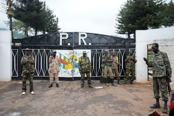 Des rebelles du Séléka devant le Palais présidentiel à Bangui, le 25 mars 2013. Afp.com/Sia Kambou