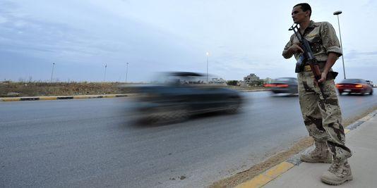 Un militaire libyen dans les rues de Benghazi après une série d'attaques à l'explosif, le 19 mai 2013. | REUTERS/ESAM OMRAN AL-FETORI
